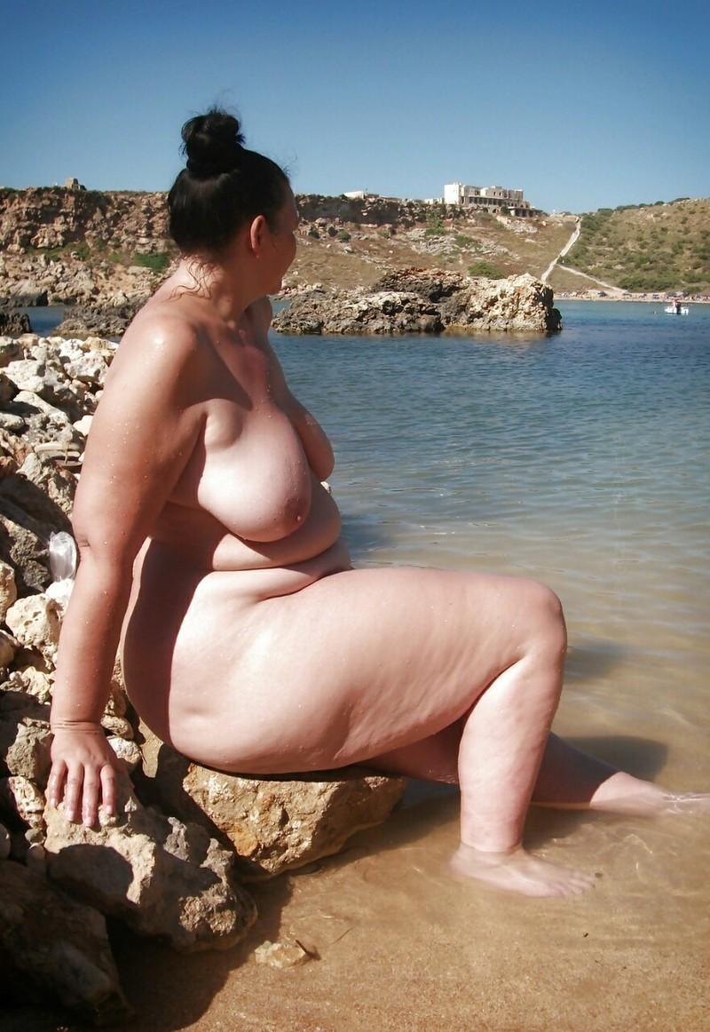для меня пышка на пляже загорает ванной двумя