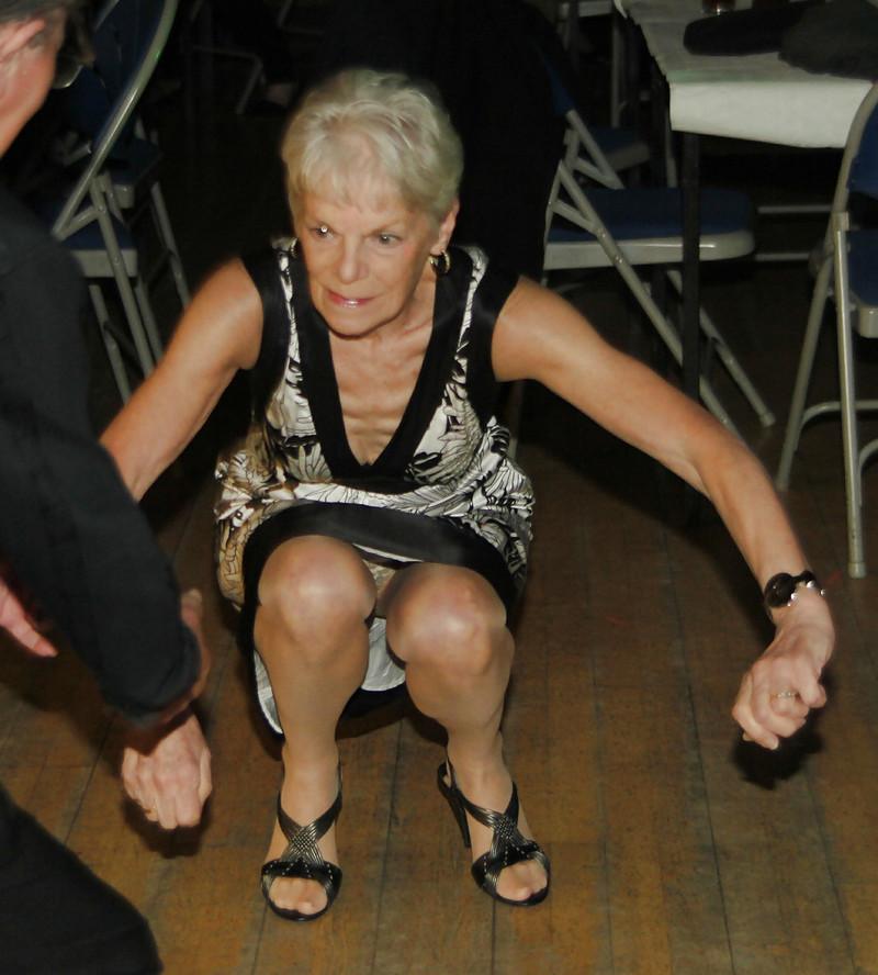 есть откровенные засветы старых женщин погладил бедро