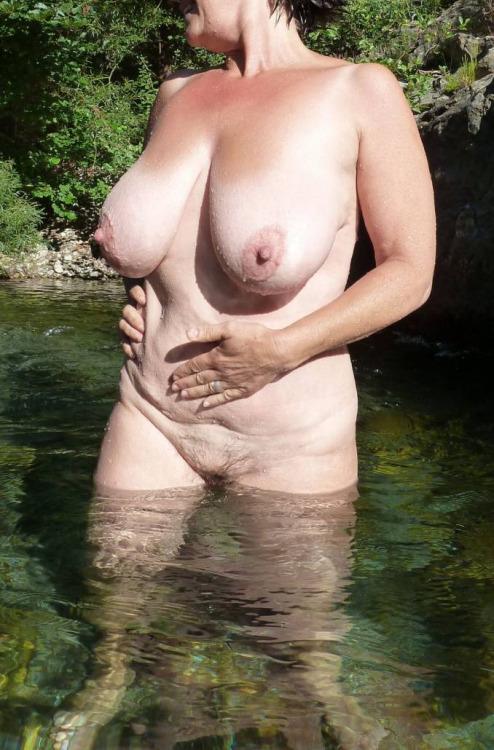 partouze vieille femme nue sous l eau